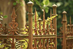 Jak malować ogrodzenia kute?