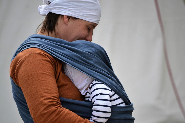 Chusty do noszenia dzieci jak wiązać – gdzie uczyć się motania?